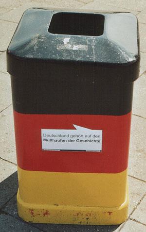 Deutschland-Mülleimer in der Hamburger Innenstadt